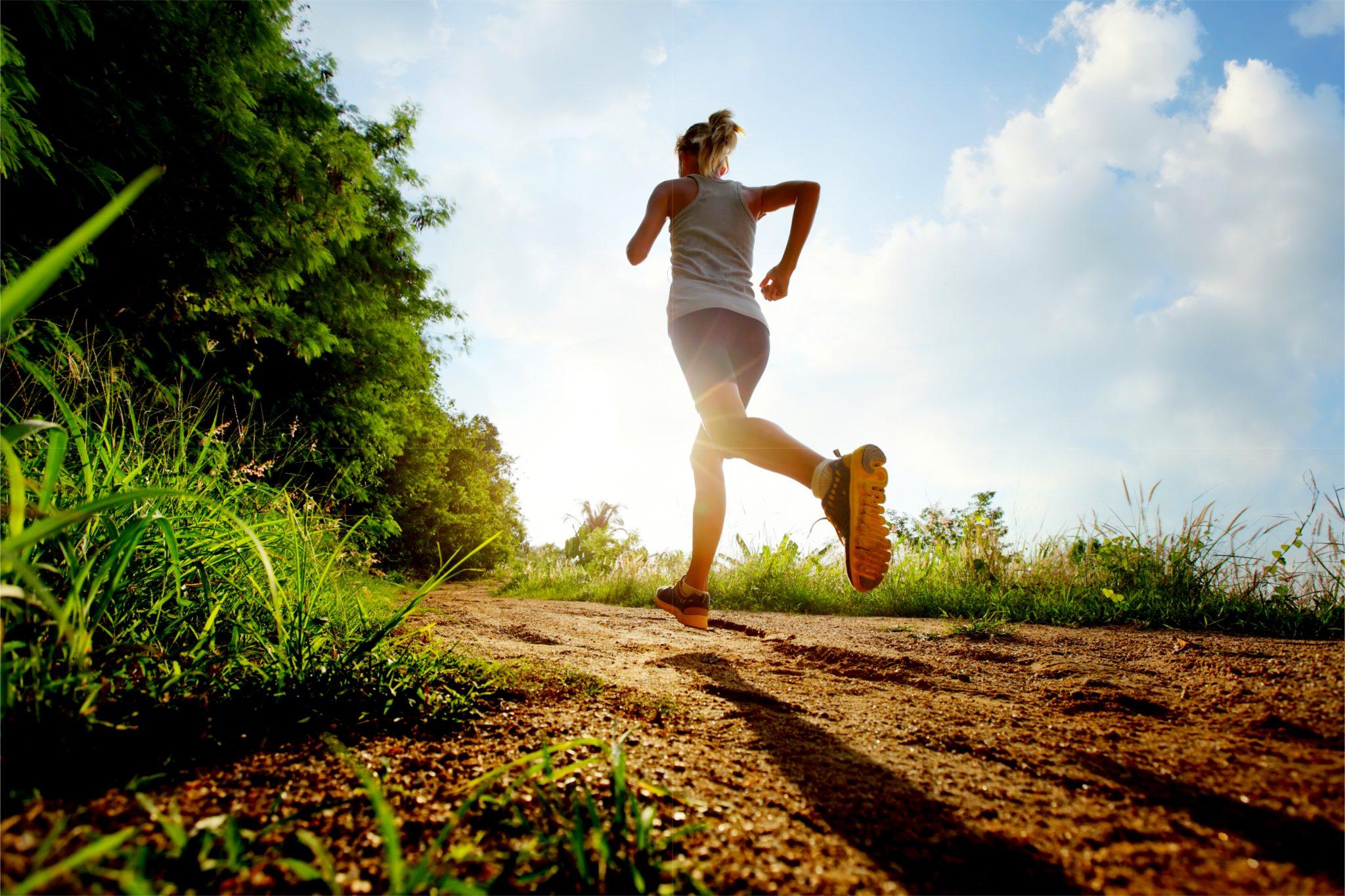 ダイエットのために毎日ジョギングしている女性