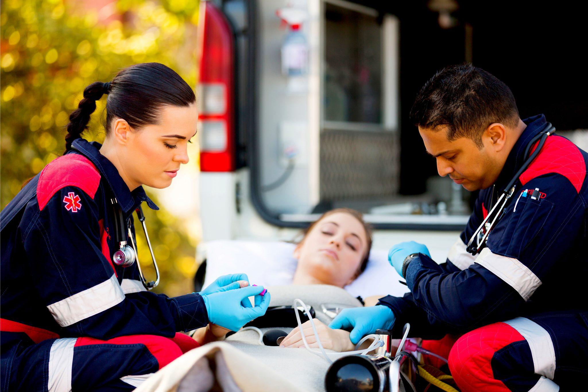 アナフィラキシーショックで救急隊員に運ばれている女性