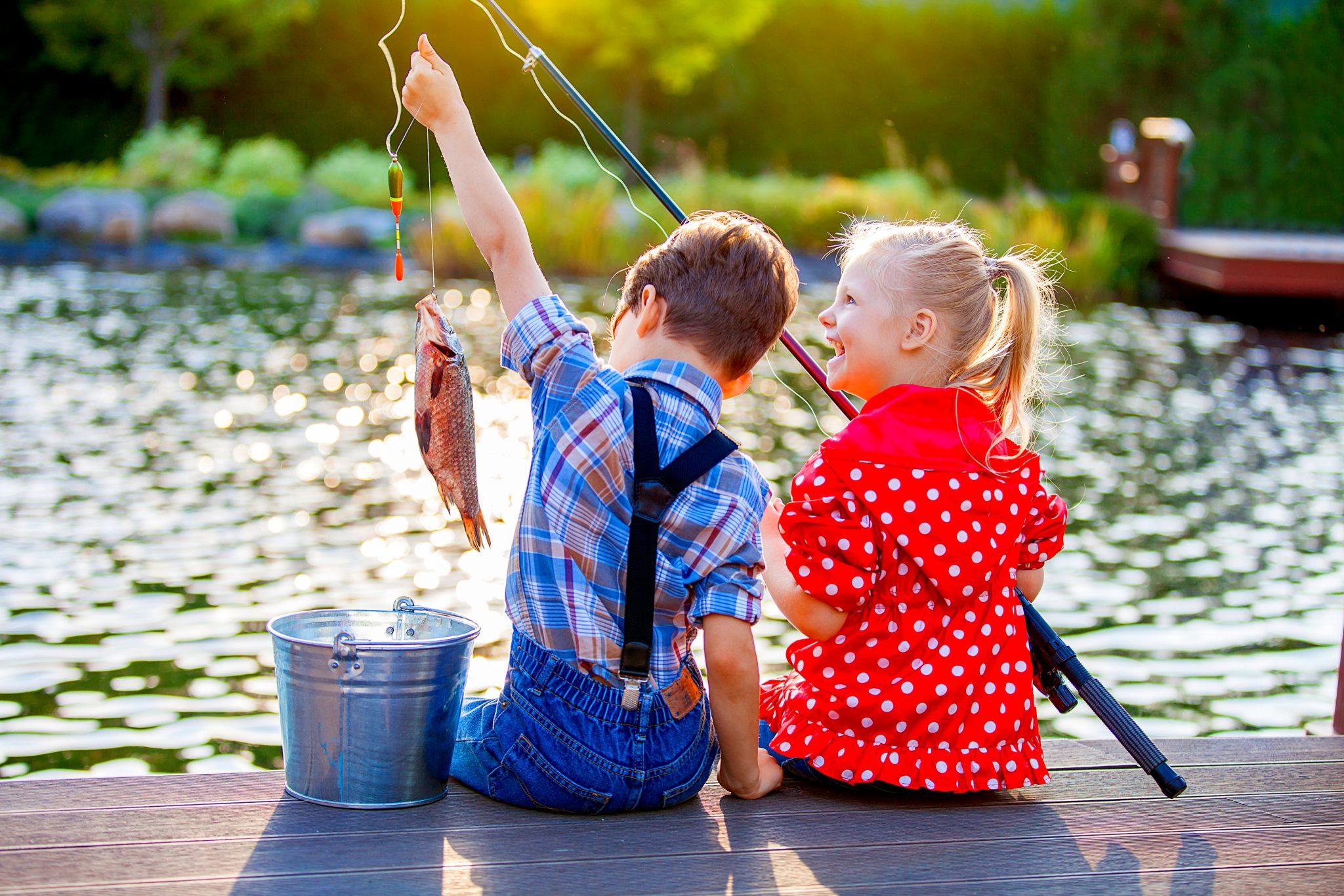 魚釣りをしている男の子と女の子