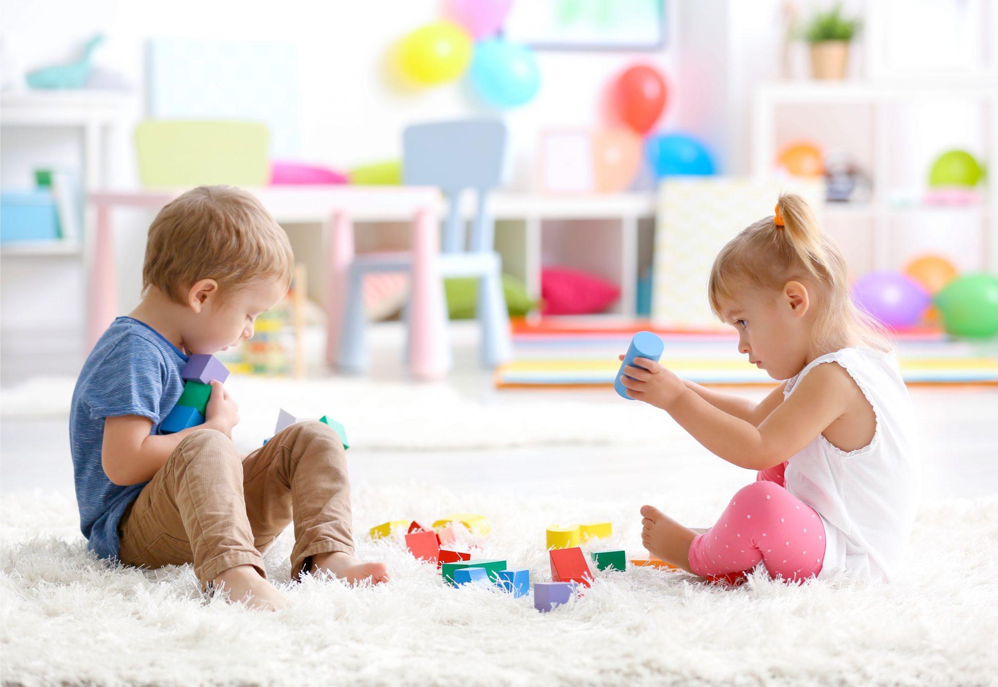 ブロックのおもちゃで遊んでいる3歳の男の子と女の子