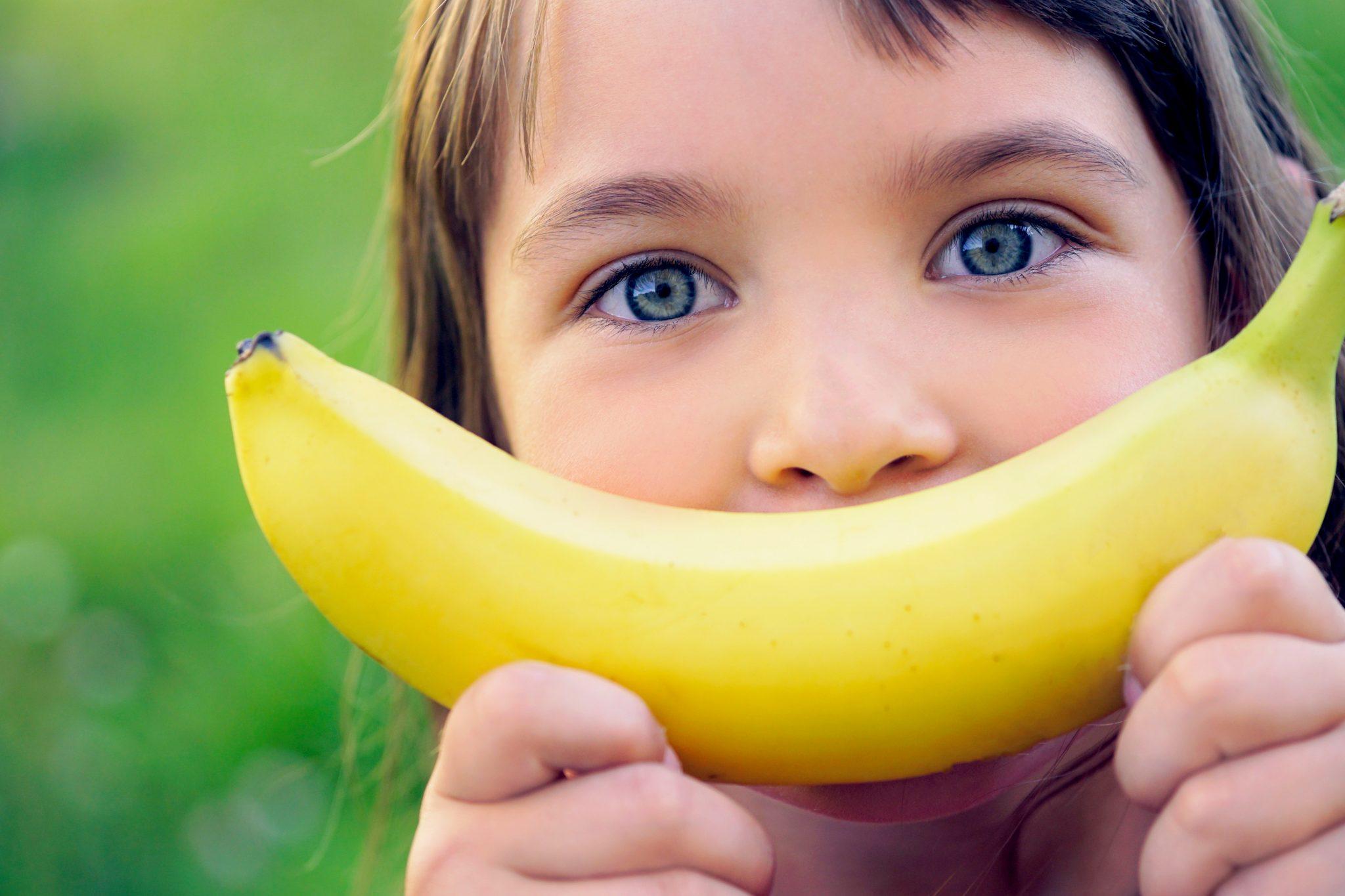 バナナを持っている子ども