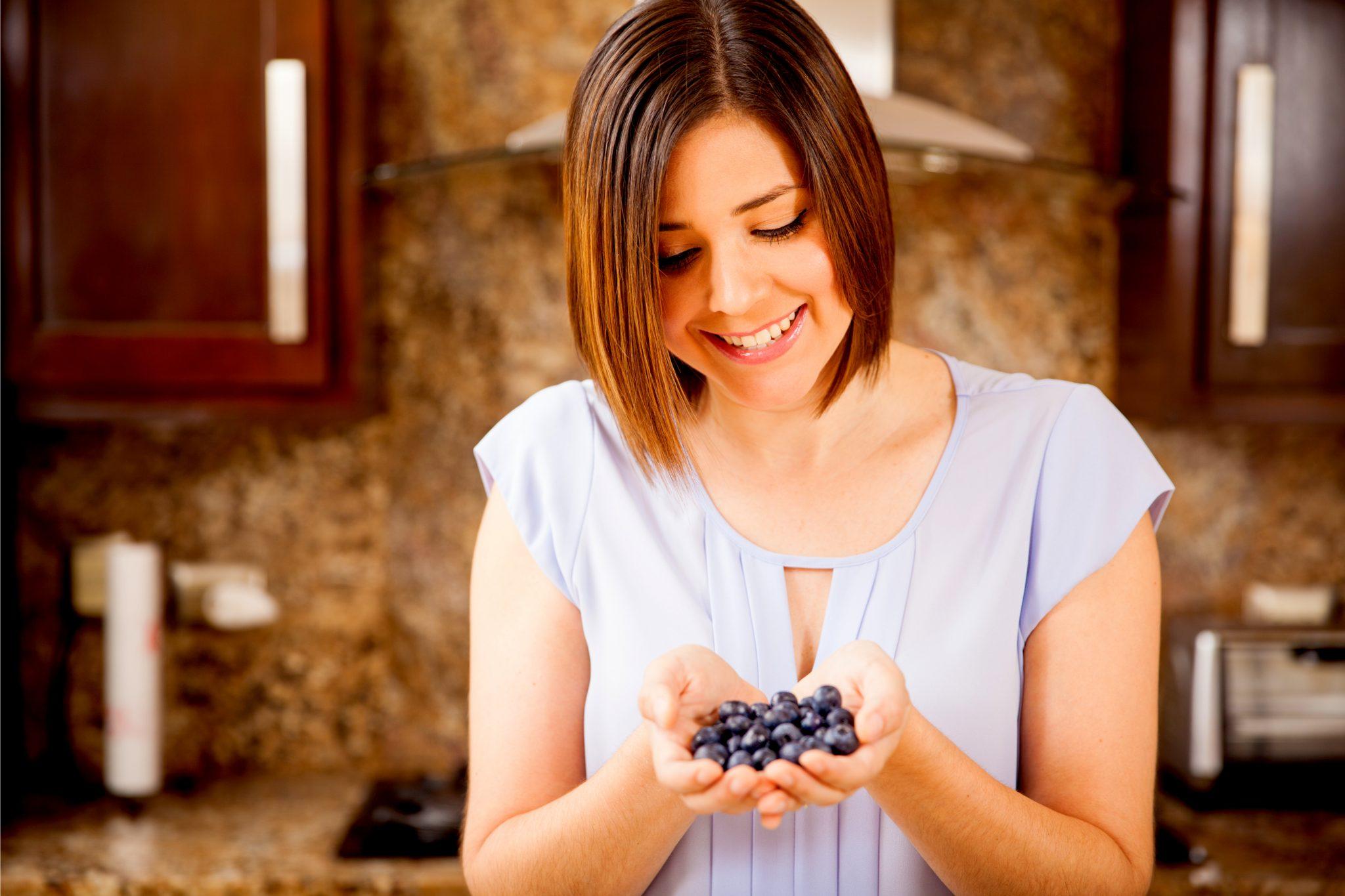 ブルーベリーを食べようとしている女性