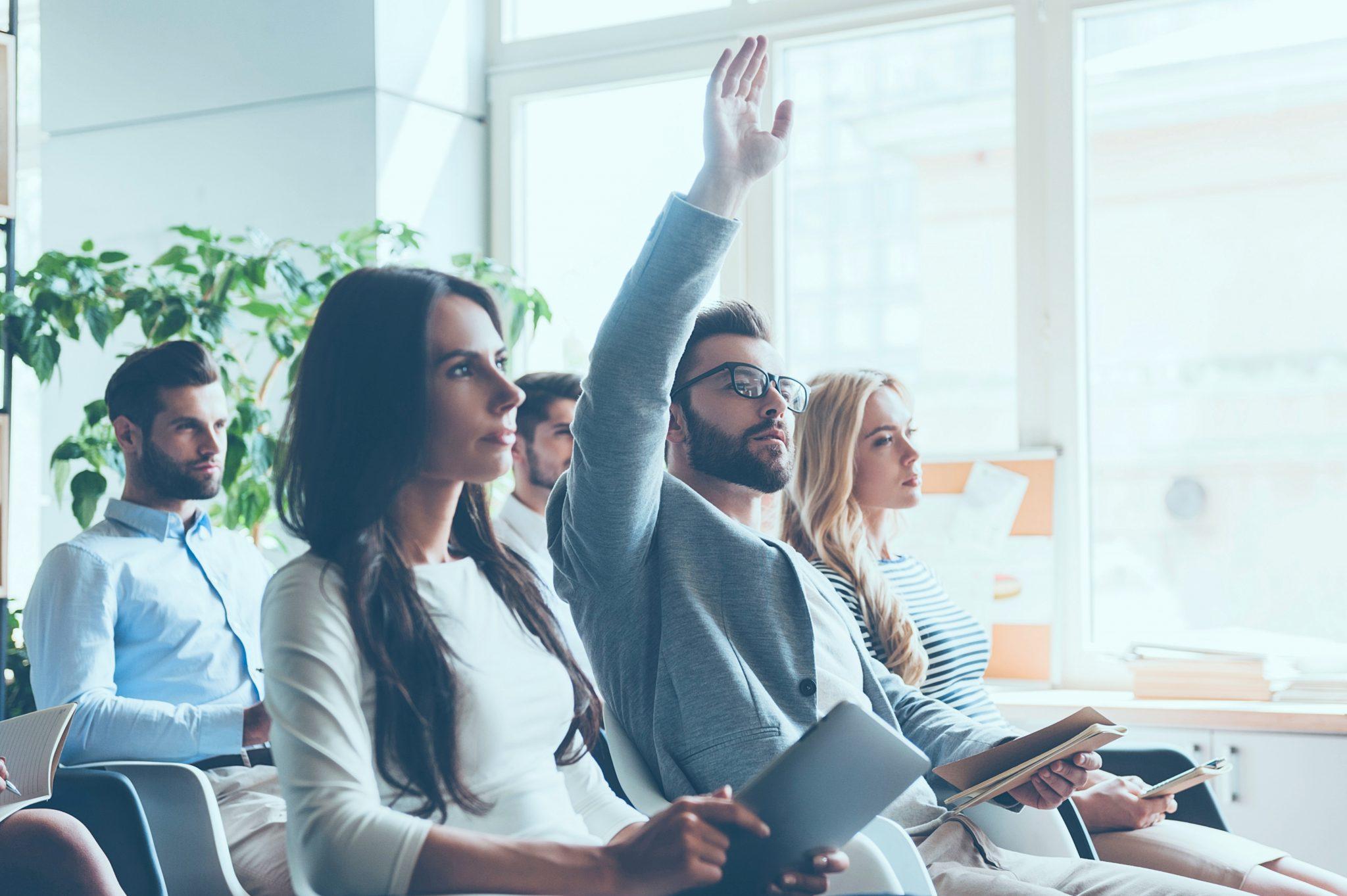 質問しようと手を挙げている男性