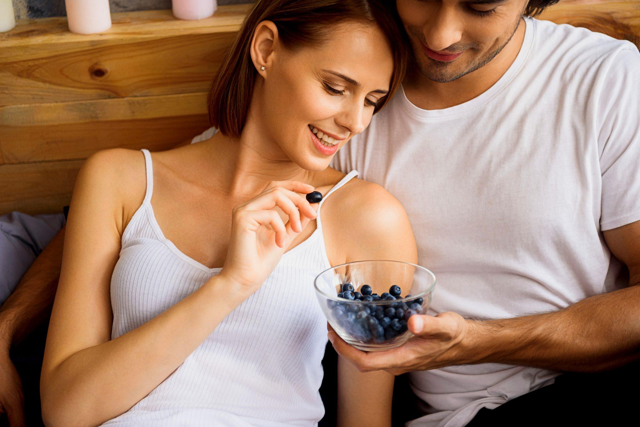 ブルーベリーを食べている夫婦