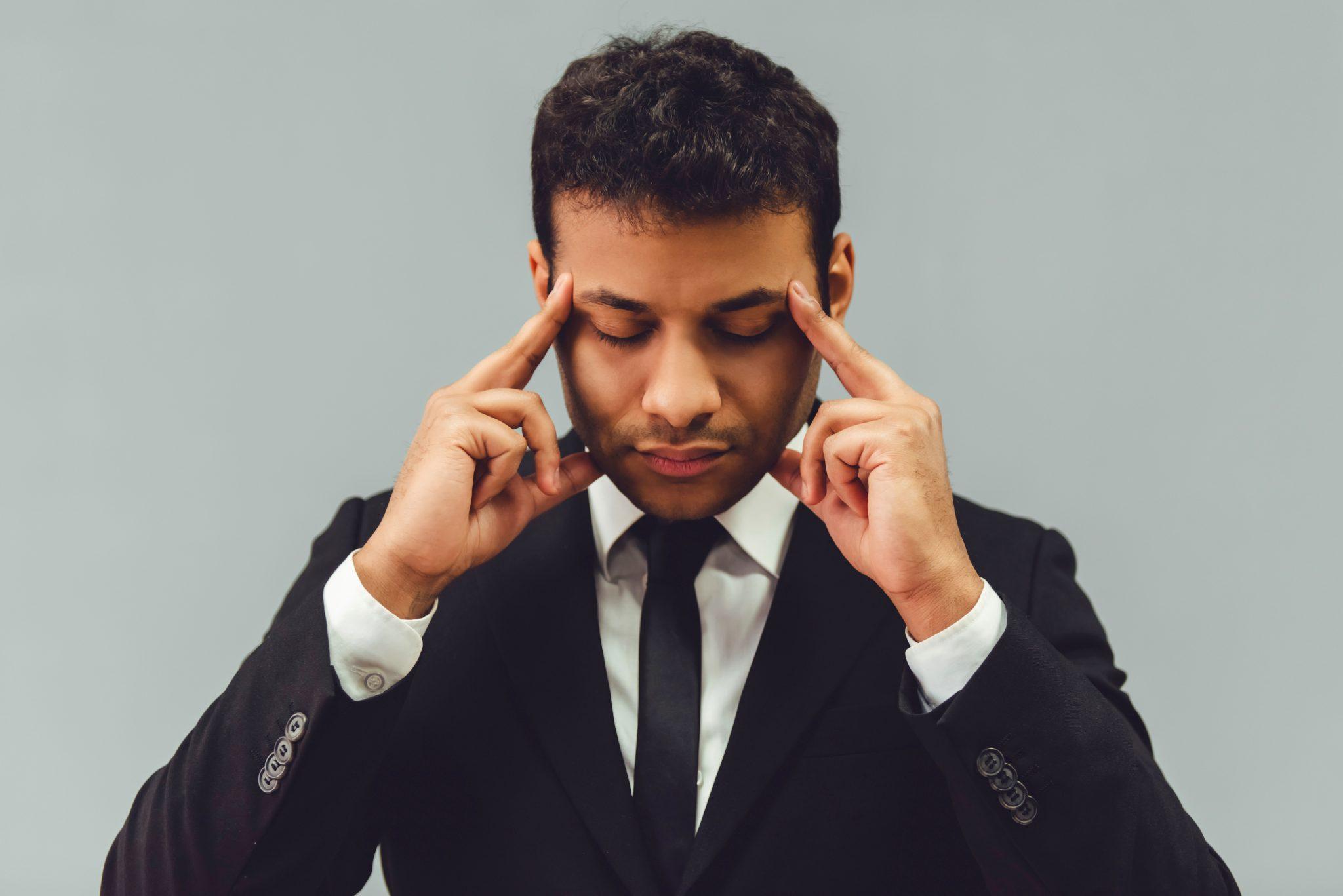 集中力を高めているビジネスマン