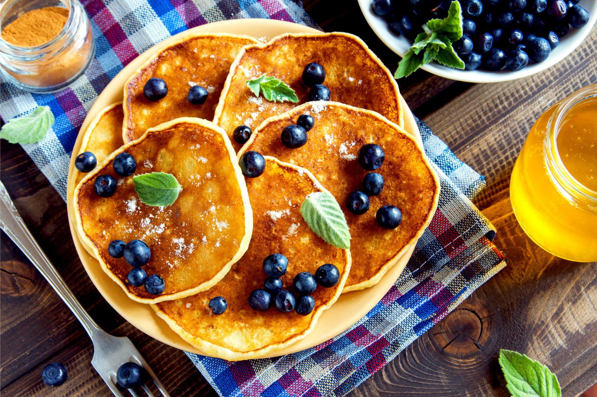 ブルーベリーをたっぷりトッピングしたパンケーキ