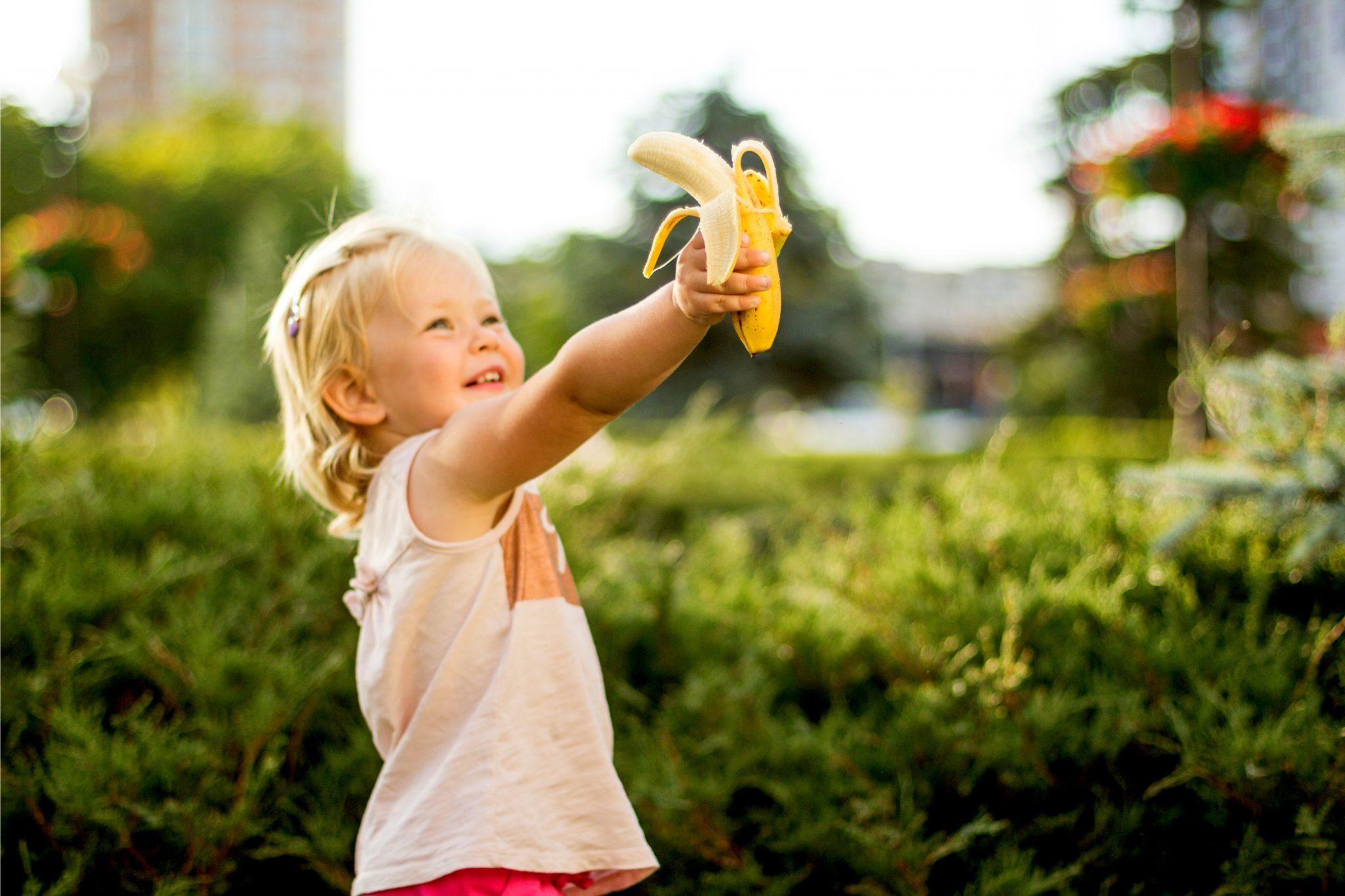 バナナをつかんでいる女の子