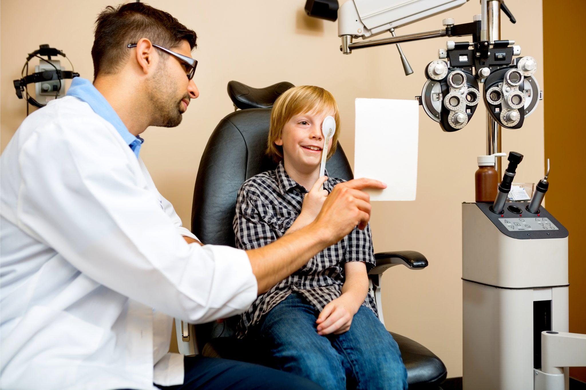 視力検査をしている男の子