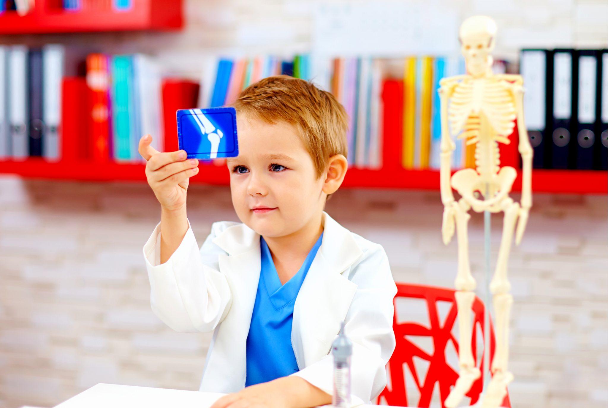骨のレントゲンを見てお医者さんごっこをしている男の子