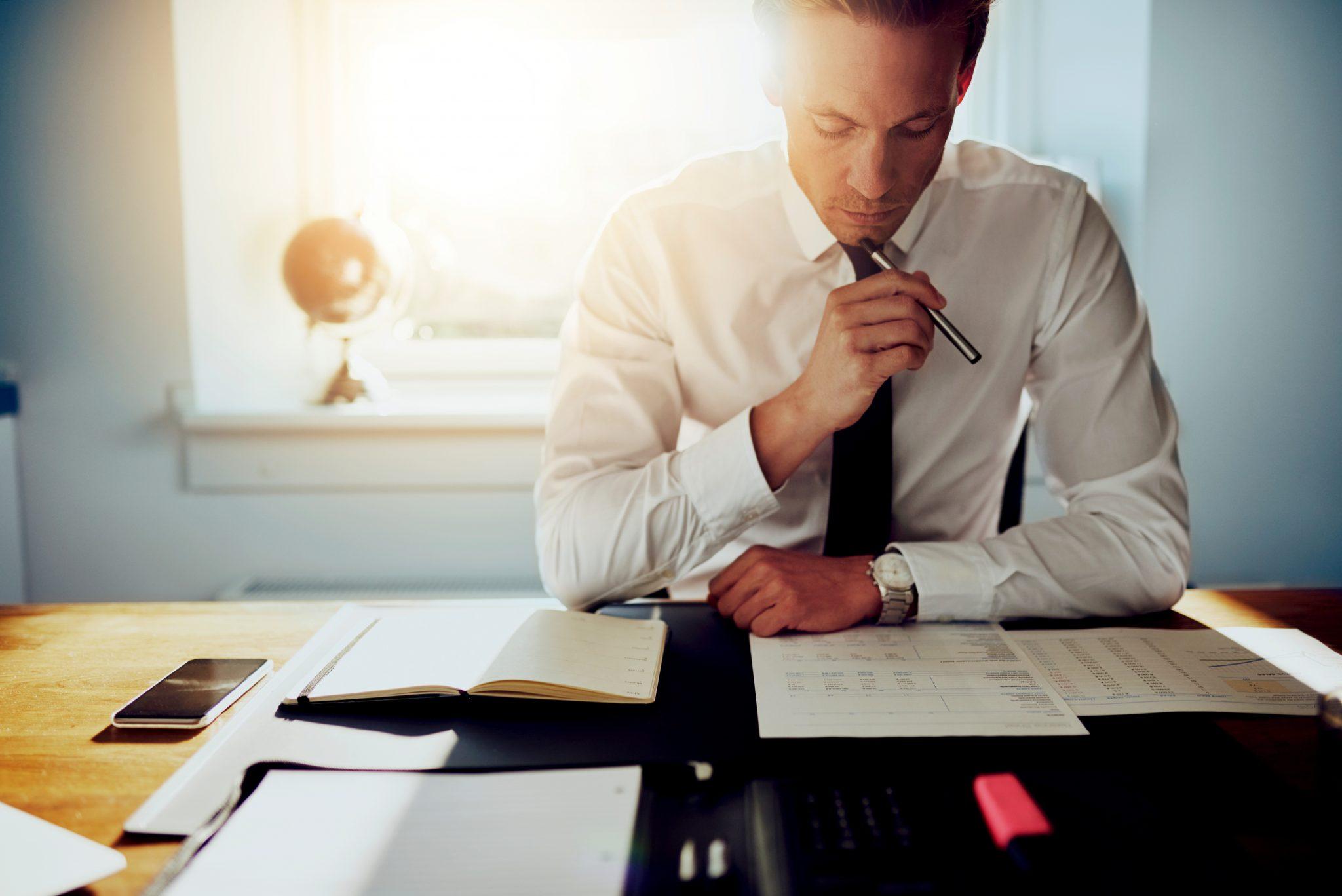 集中して仕事をしているビジネスマン