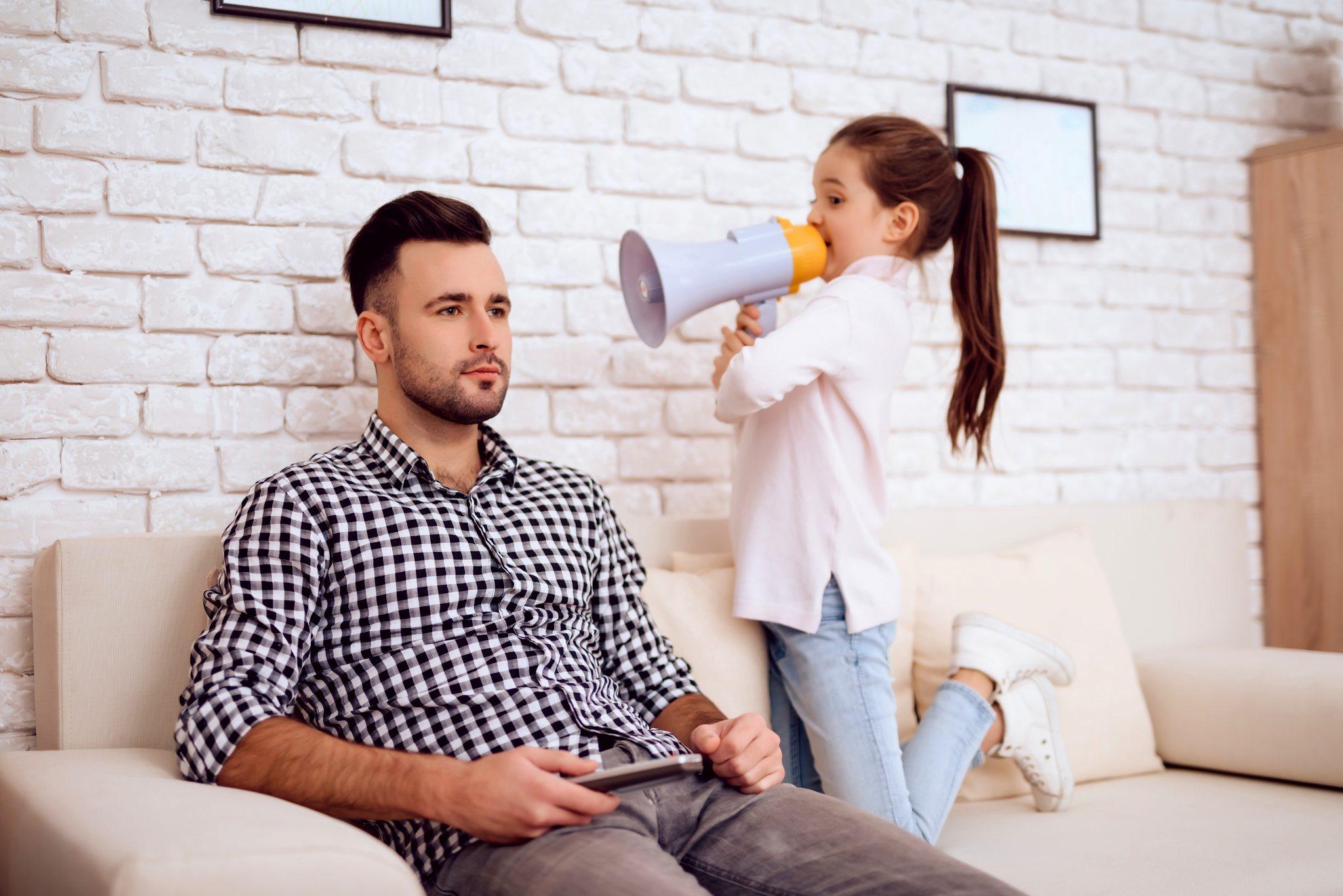お父さんに注意している娘