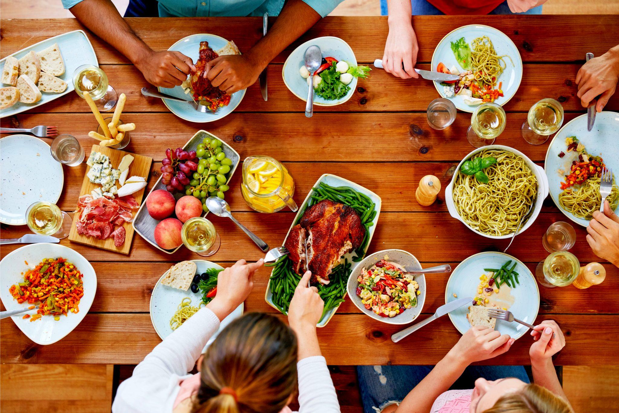 みんなで食事をしている風景