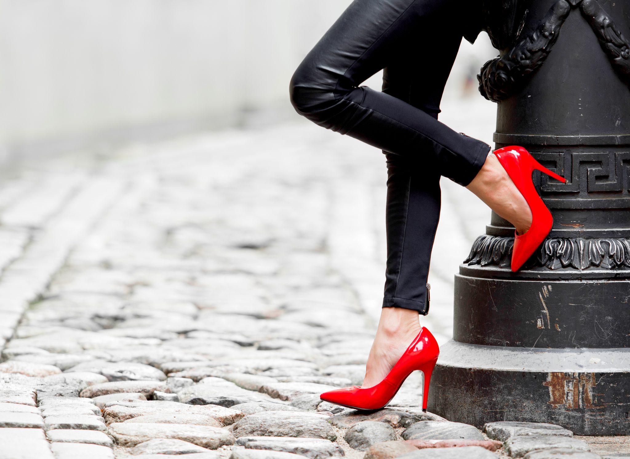 赤いハイヒールが似合う美脚の女性
