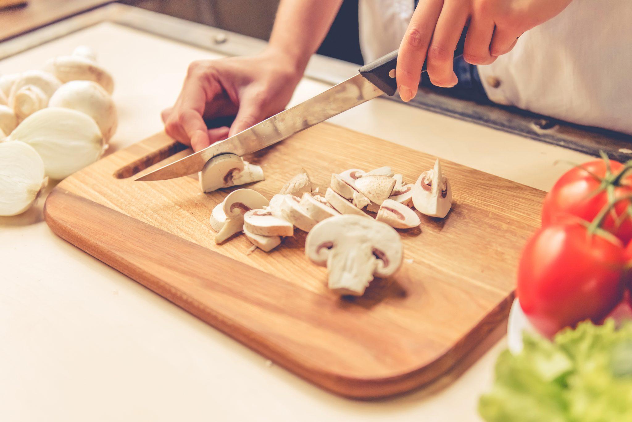 キノコを調理している女性