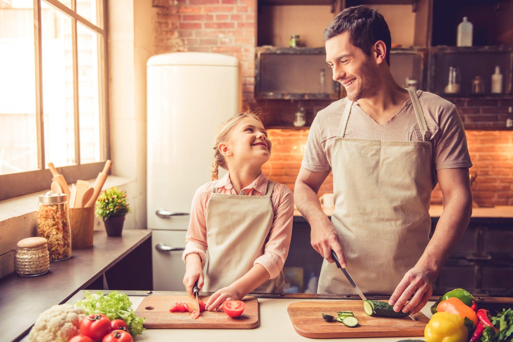 お父さんと娘が仲良く料理している