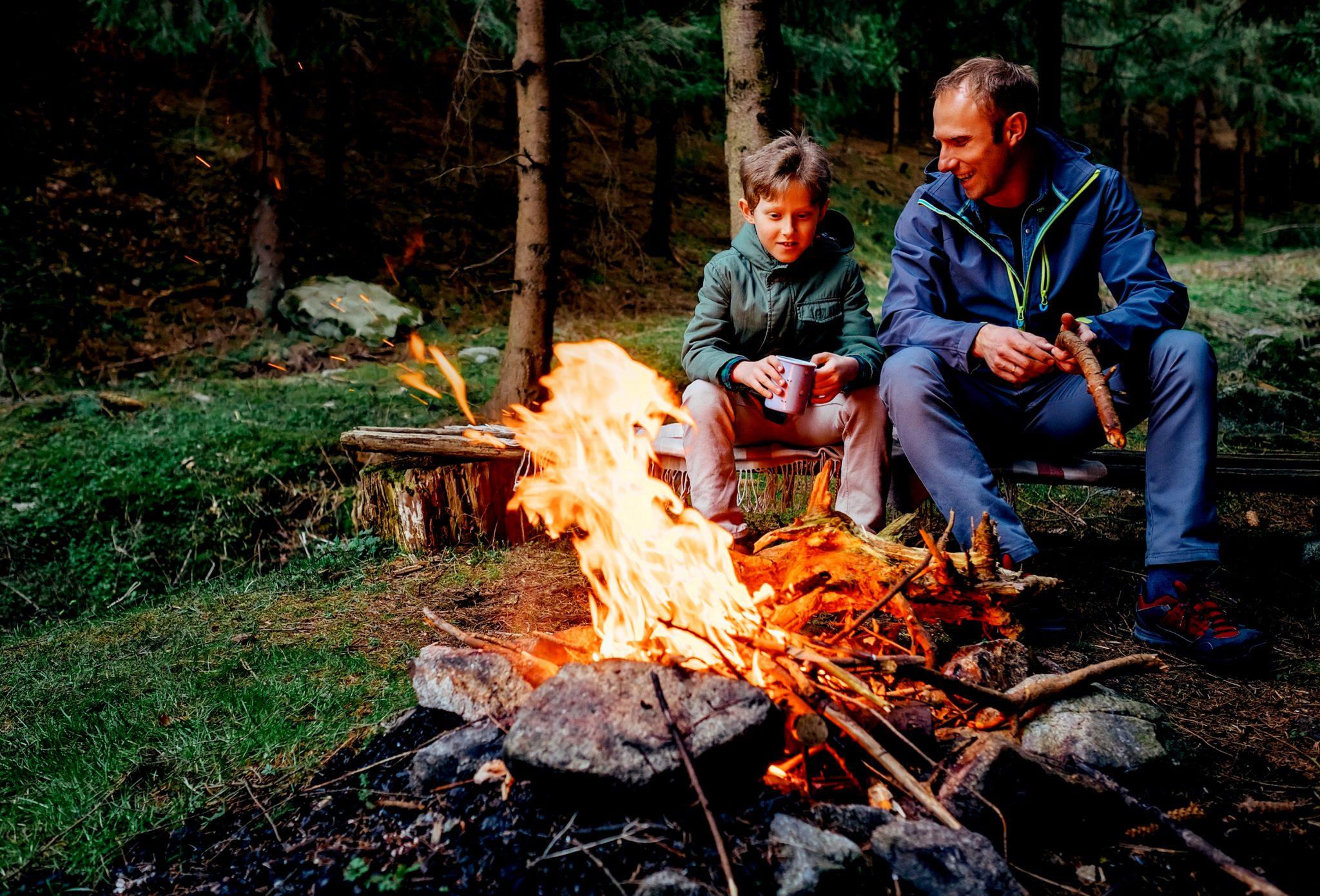 親子で焚火をしながら談笑している