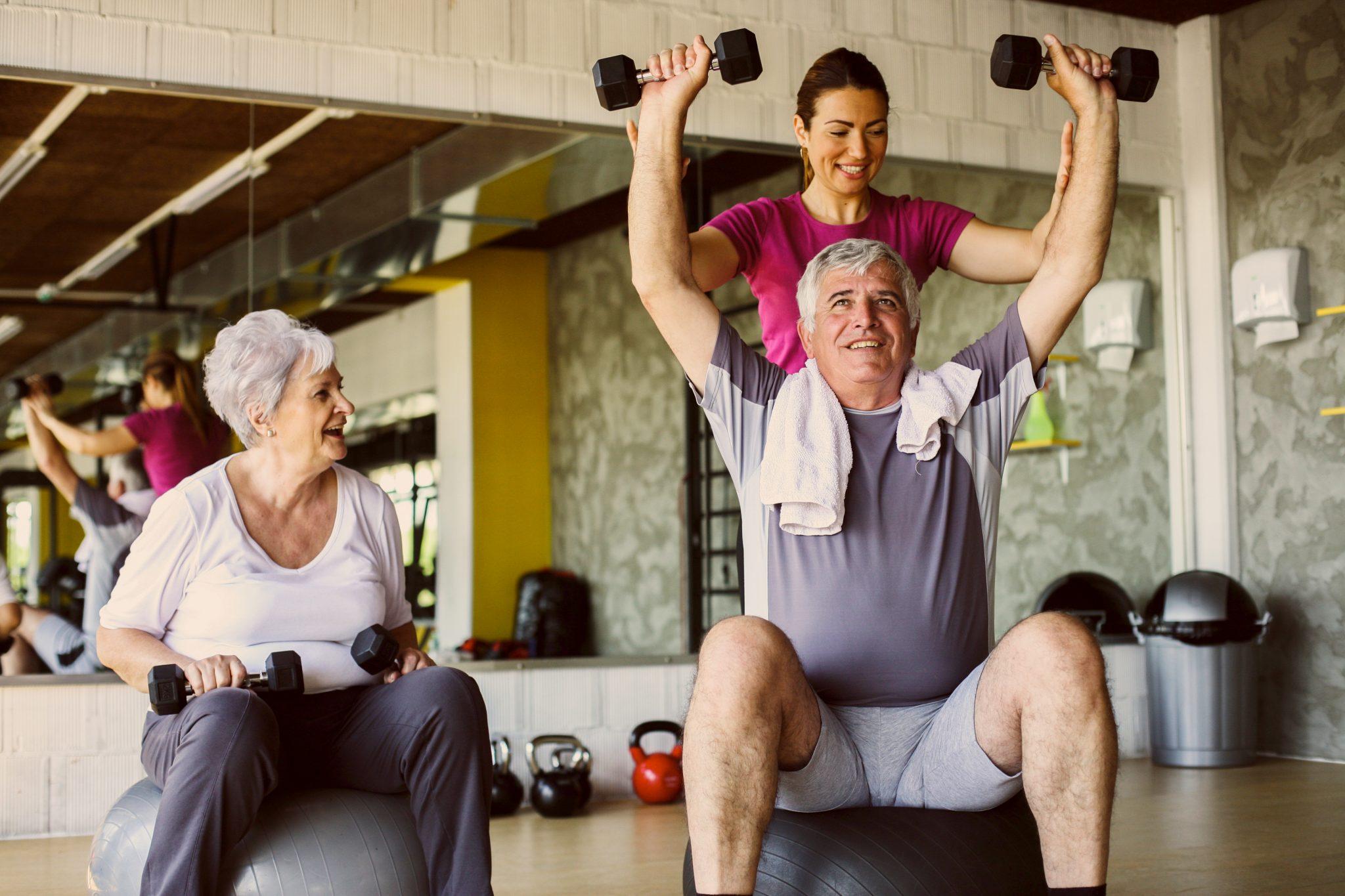 老夫婦がジムで身体を鍛えている