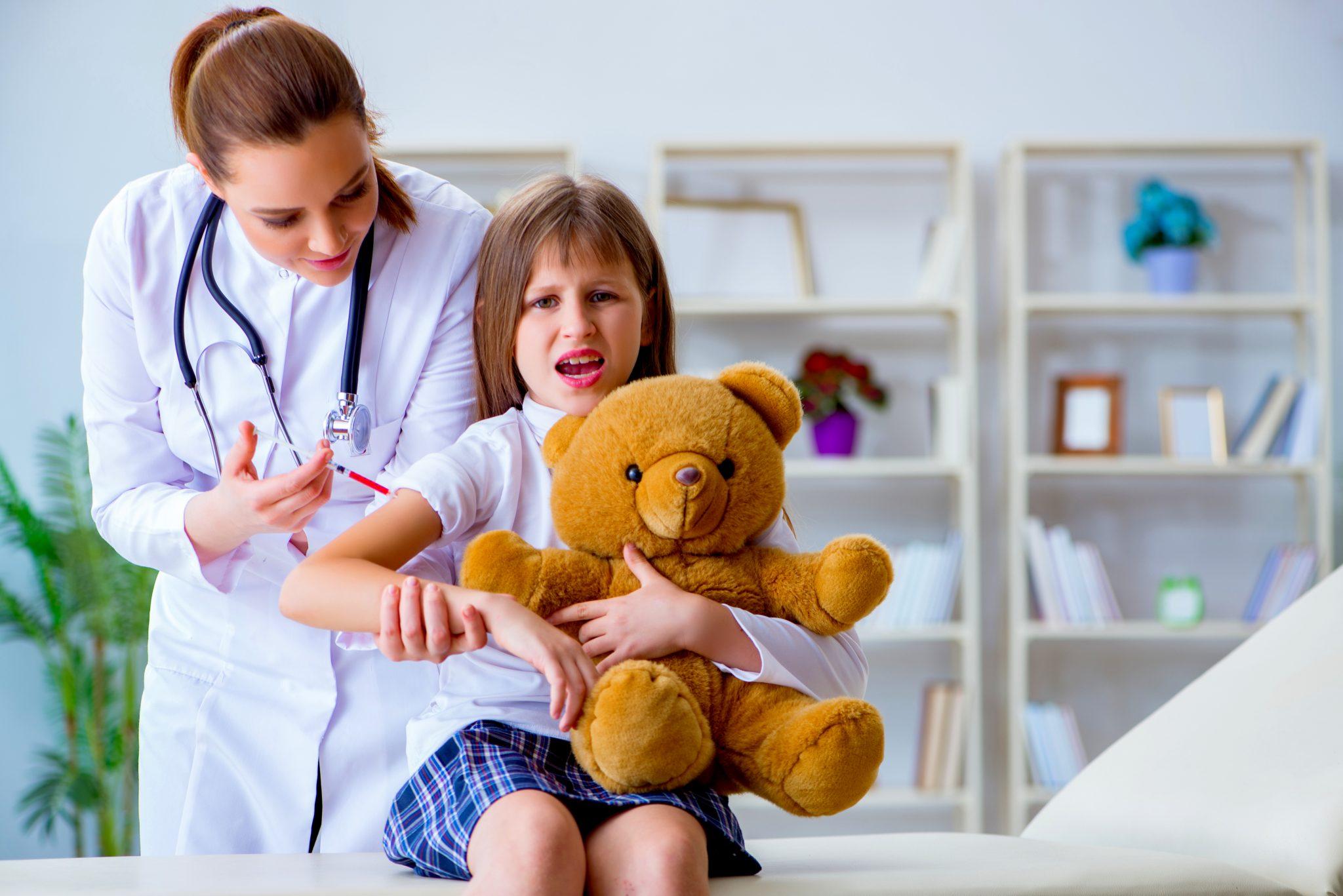 予防接種の注射をされている女の子