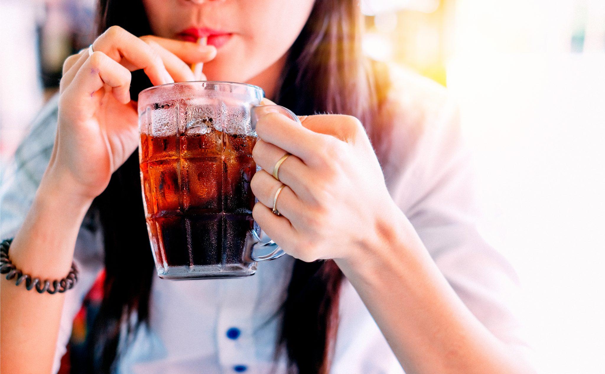 コーラを美味しそうに飲んでいる女性