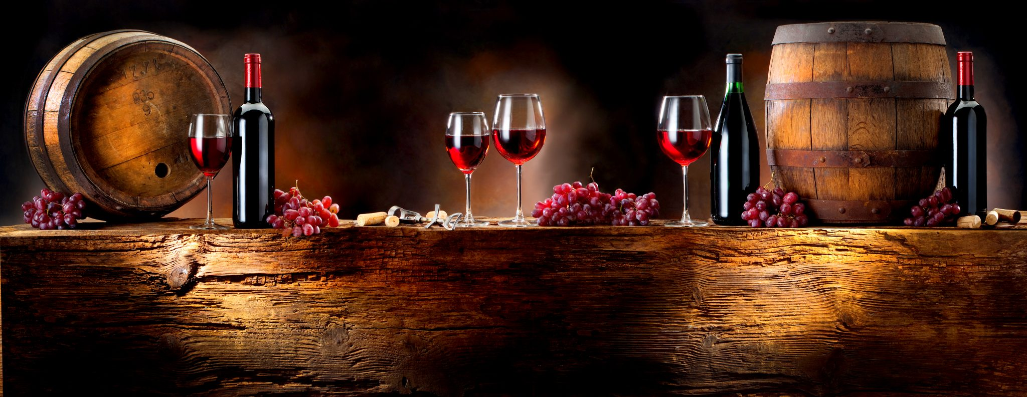 赤ワインとワインを作っている樽