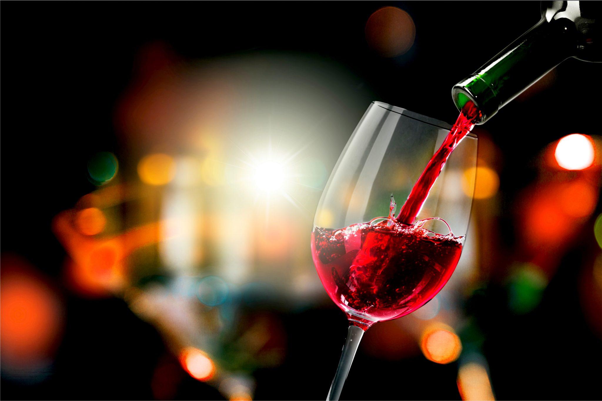 グラスに赤ワインを注いでいる
