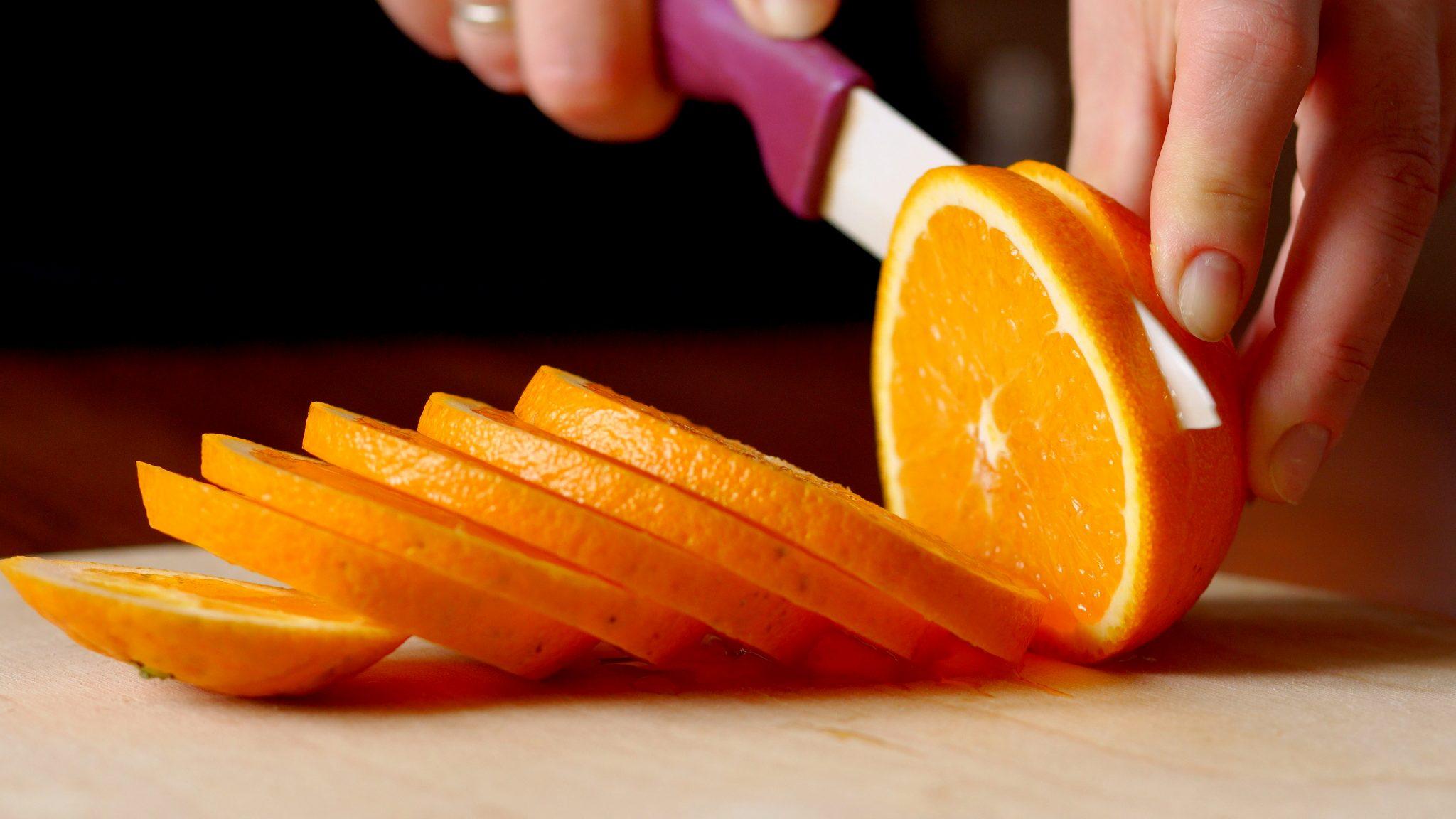 オレンジを輪切りしている