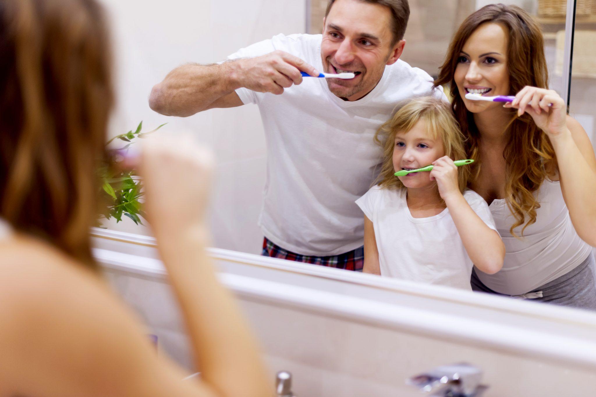 家族一緒に歯磨きをしている
