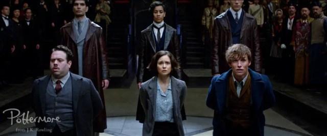 Jacob (Dan Fogler), Tina (Katerine Waterstone) e Newt (Eddie Redmayne) vengono portati davanti MACUSA.