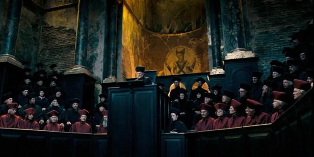 Percy, visibile alla sinistra di Caramell, dopo essere diventato Assistente del Ministro della Magia
