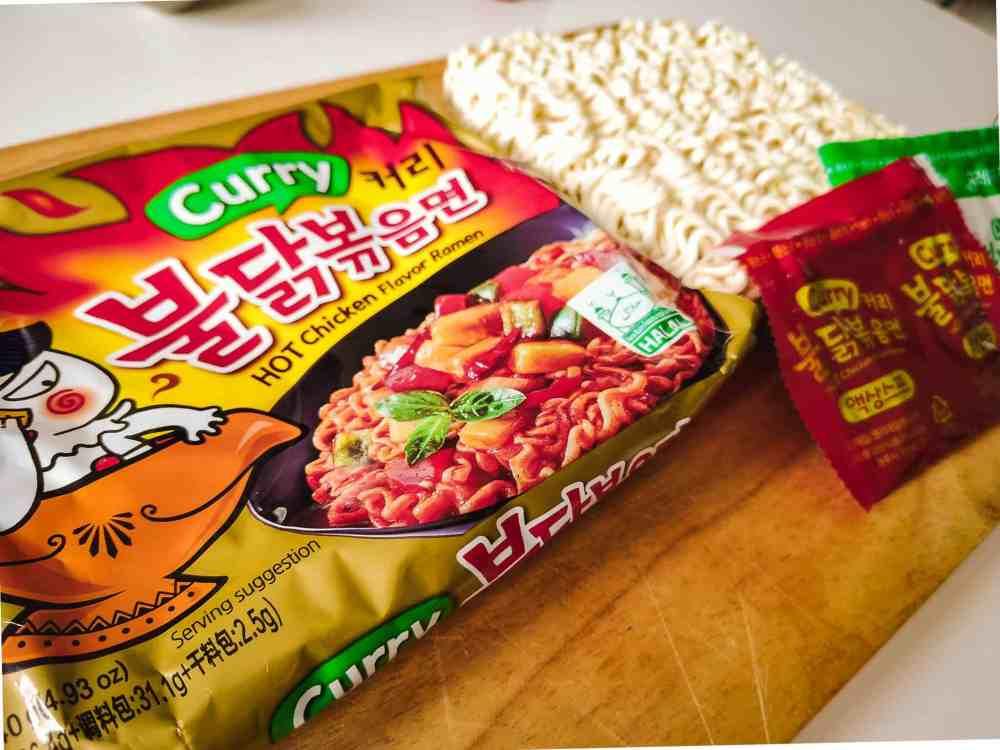 Samyang Hot Chicken Curry Ramen Verpackung mit Inhalt - Nudeln, Sauce, Trockengemüse