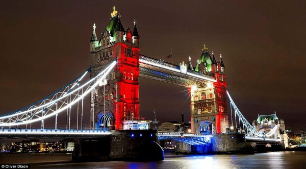 Tower_Bridge_is_lit_up_in_the_colours_of_the_French_flag_as_a_vi-a-35_1447544875722