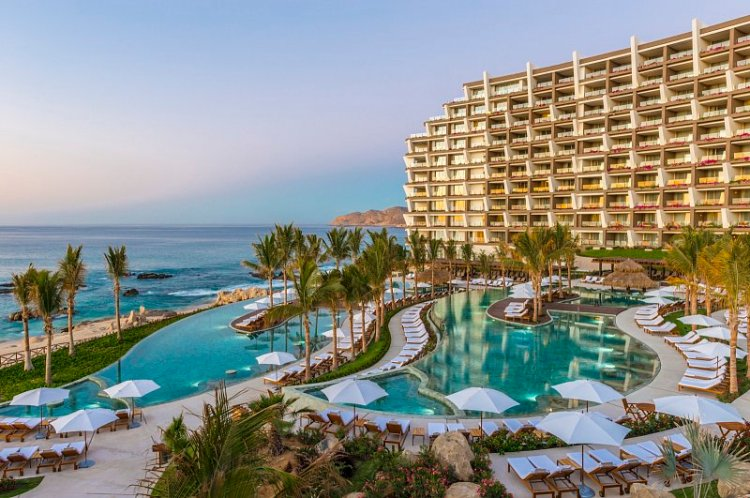 Grand Velas: pool and sea