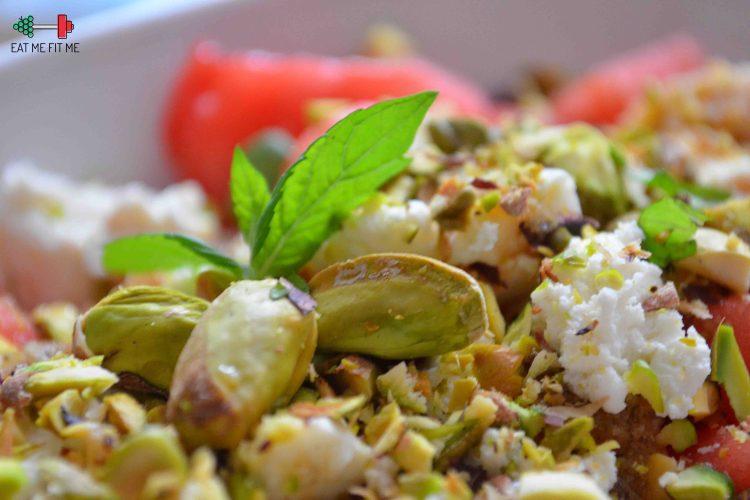 Orzeźwiająca sałatka arbuzowa z fetą, pistacjami i miętą