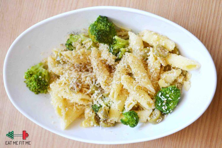 Pasta z brokułami i oliwkami, posypana mielonymi migdałami i parmezanem