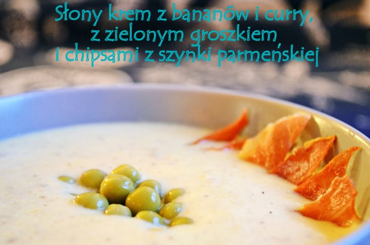 Słony krem z bananów i curry, z zielonym groszkiem i chipsami z szynki parmeńskiej