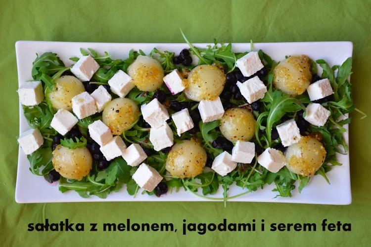Szybka sałatka z melonem, jagodami i serem feta w miodowo-imbirowym dressingu