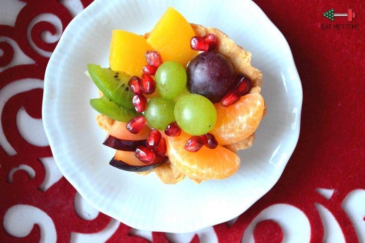Kruche babeczki z owocami i aksamitnym kremem