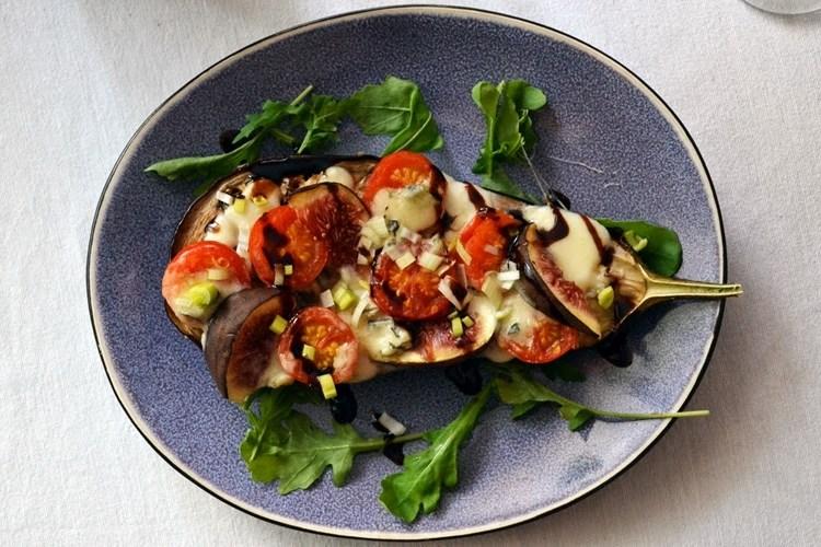 Zapiekany bakłażan z figami, gorgonzolą i aromatycznymi pomidorkami koktajlowymi w sosie balsamicznym