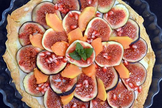 Przepis na szybkie ciasto z owocami – tarta z figami, papają i granatem