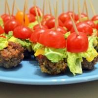 Pomysł na imprezową przekąskę - lekkie mini burgery z wołowiny i pomidorków koktajlowych