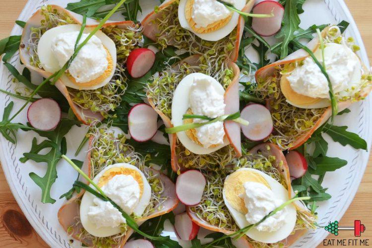 Pomysł na wielkanocną, chrupiącą i świeżą przystawkę – jajka w gniazdach z kiełków z chrzanem i szynką