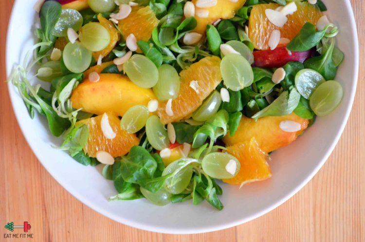 Sałatka z roszponki i owoców w sosie pomarańczowym
