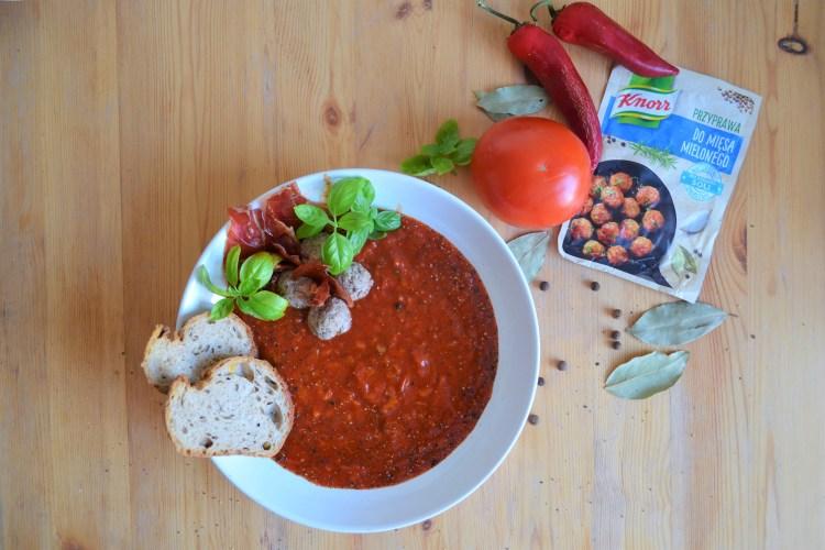 Aromatyczna zupa pomidorowo-bazyliowa bez soli, z chipsami z szynki serrano i indykiem