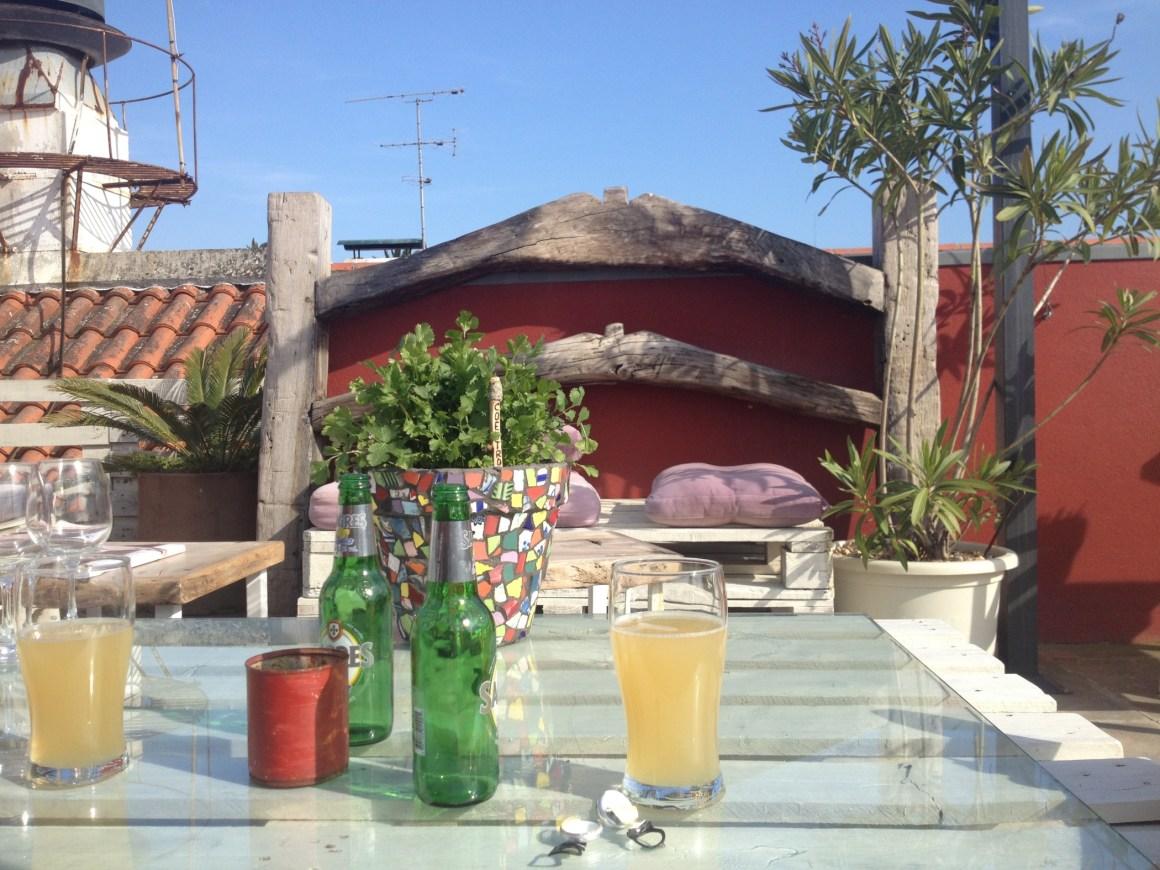 La jolie terrasse de House of Wonders et nos boissons