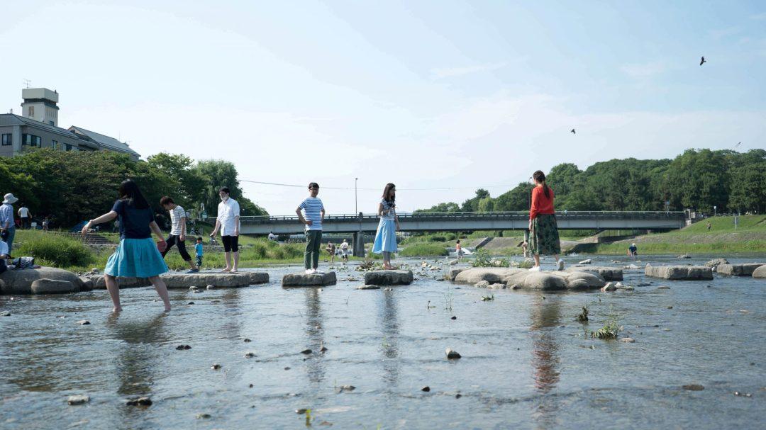 Des enfants jouant sur la rivière Kamogawa