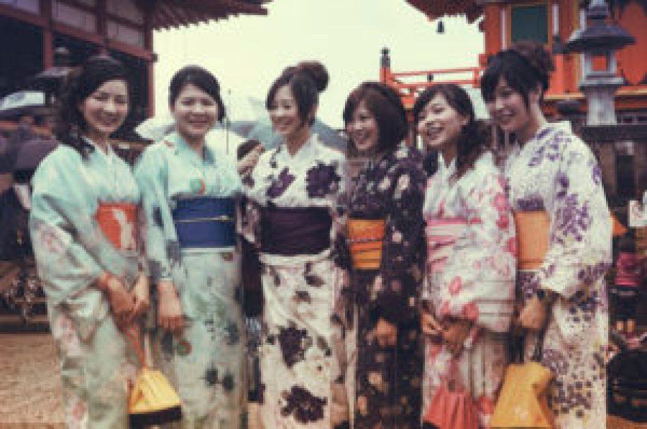 Des japonaises habillées en geiko devant le temple Kiyomizudera