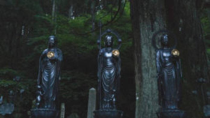 Les statues au cimetière Oku-No-In