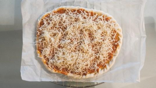 Emmental sur la pizza