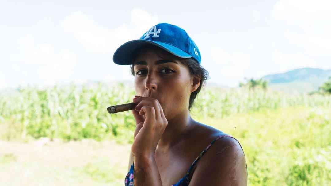 Eatmytravel fume le cigare à Cuba