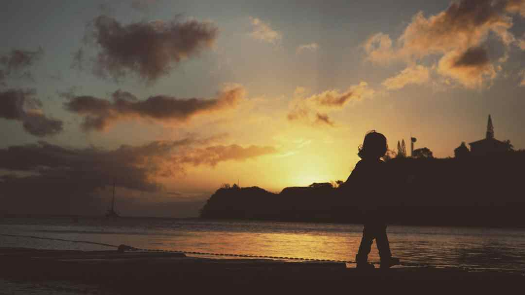 le coucher de soleil sur la plage